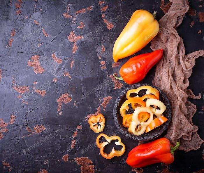Süßer bulgarischer Pfeffer auf dunklem rostigen Hintergrund