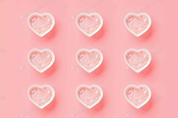 Flache Herzenslatte auf rosa Hintergrund