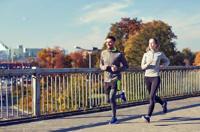 glückliches paar laufen im freien