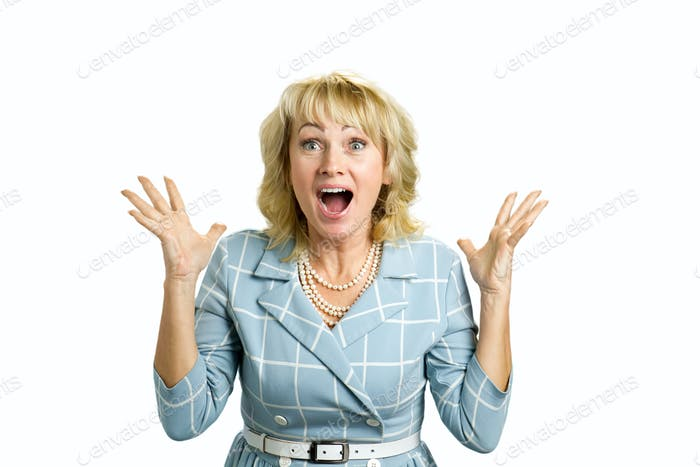 Mujer madura emocionado en blanco