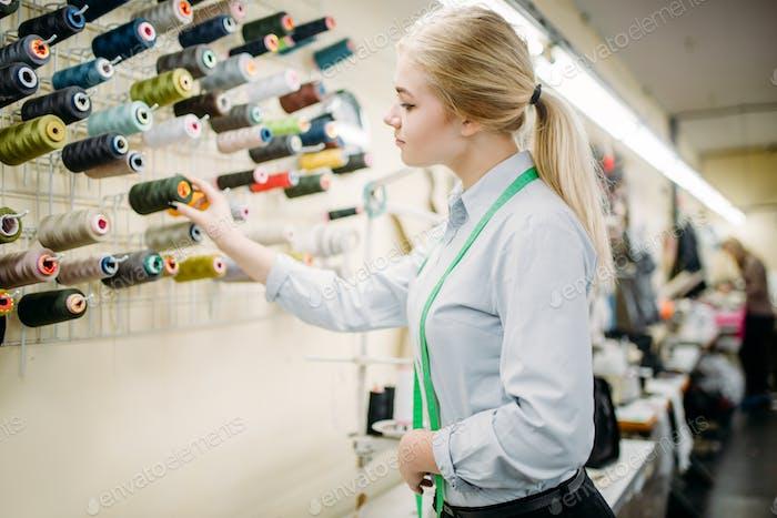 Kleidung Designer wählt Farbfäden