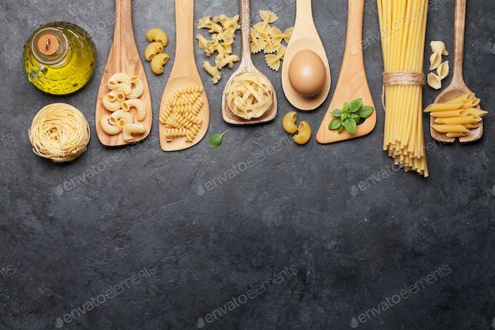 Verschiedene Pasta in Löffeln