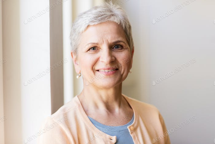 Porträt von glücklich lächelnd grau Senior Frau