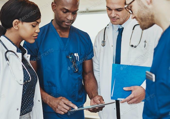 Gruppe von multirassischen Ärzten