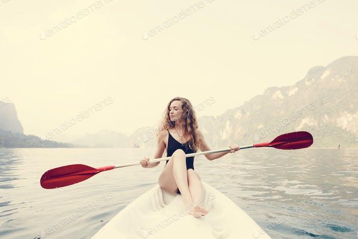 Frau paddeln ein Kanu durch einen Nationalpark