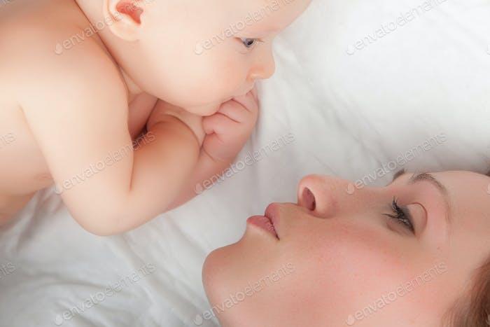 niedliches Baby mit Mutter
