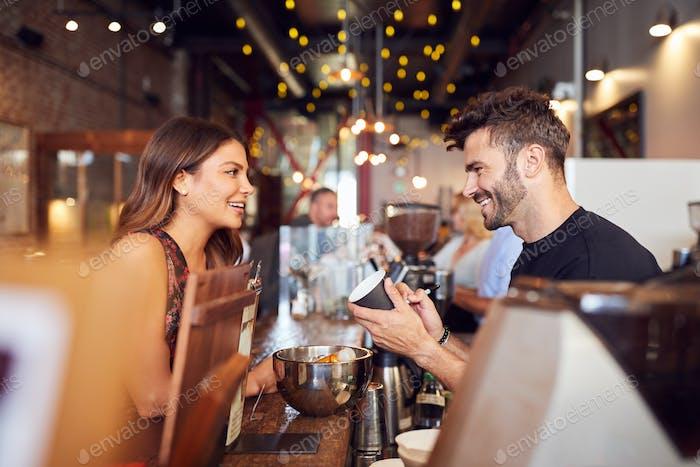 Männlich Barista Schreiben Weibliche Kunden Name Auf Tasse In Coffee Shop
