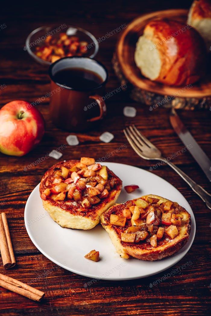 Französisch Toast mit karamellisierten Apfel
