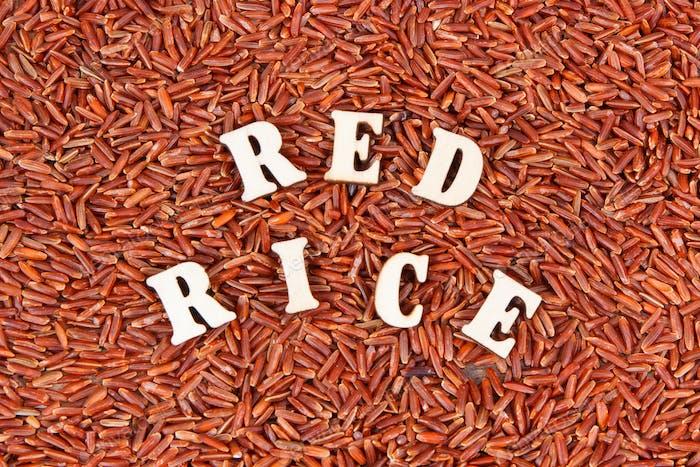 Haufen von rotem Reis als Hintergrund, gesundes glutenfreies Lebensmittelkonzept