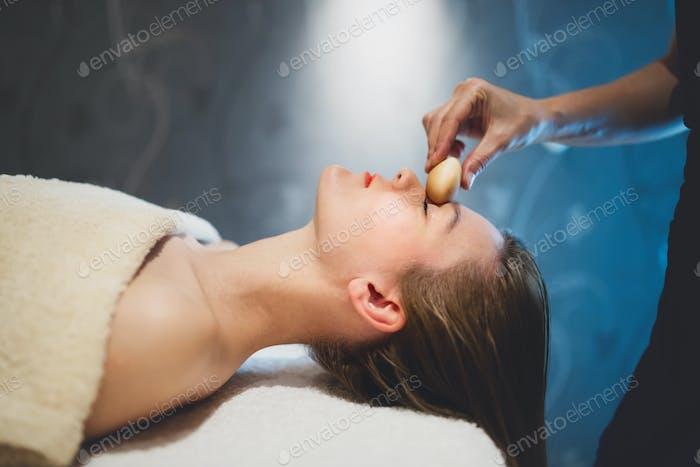 Masseur Massage Gesicht mit beheizten Objekten