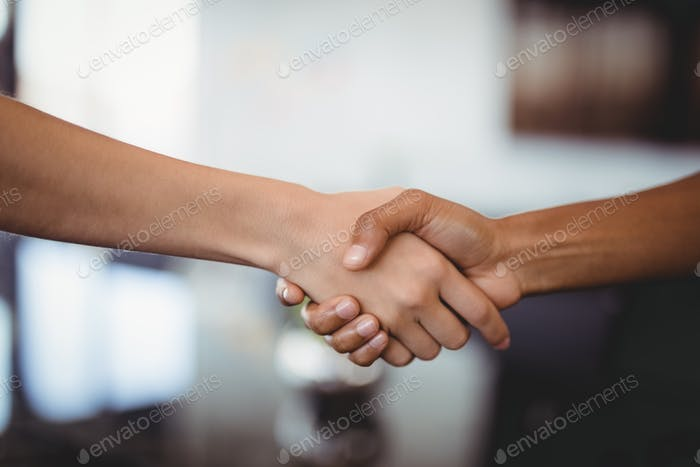 Hände von Geschäftsleuten schütteln im Büro