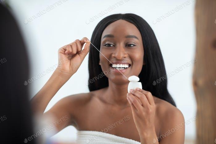 Morgendliche Zahnpflege nach dem Duschen zu Hause und alltäglichen Routineverfahren