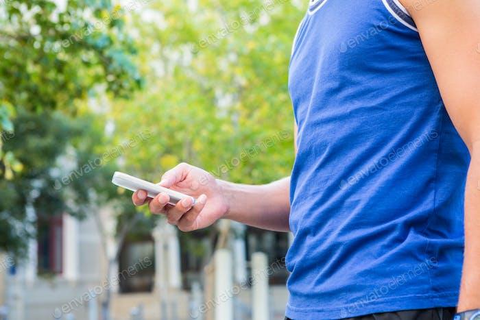 Atleta Uso smartphone en la Ciudad