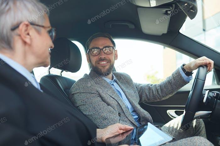 Geschäftsleute sitzen im Auto