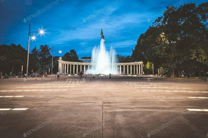 Heldendenkmal der Roten Armee in Wien bei Nacht