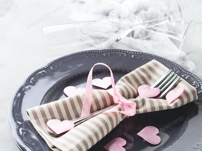 Romantische Abendessen Dattelscheiben Herzen Champagner Gläser auf grau