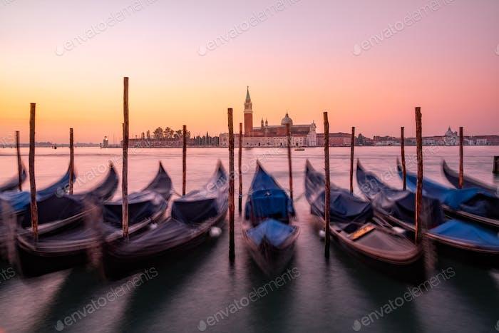 Vista panorámica de las góndolas y la basílica de San Giorgio Maggiore en Venecia