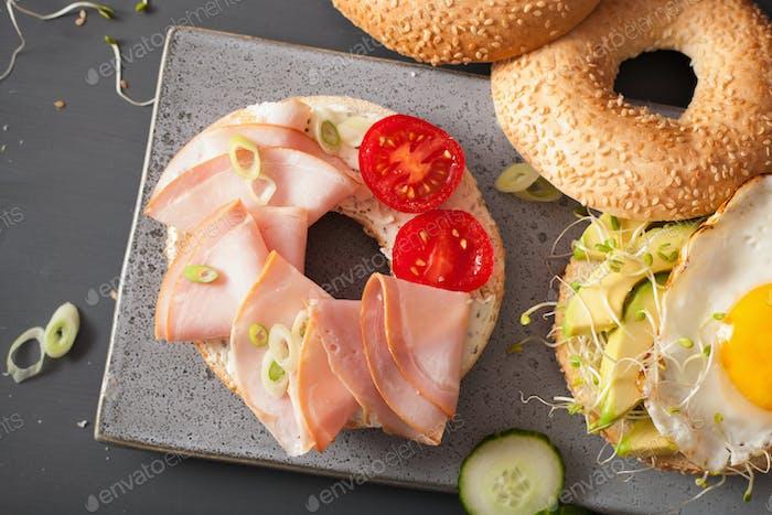 Sandwiches auf Bagels mit Ei, Avocado, Weichkäse, Luzerne spr