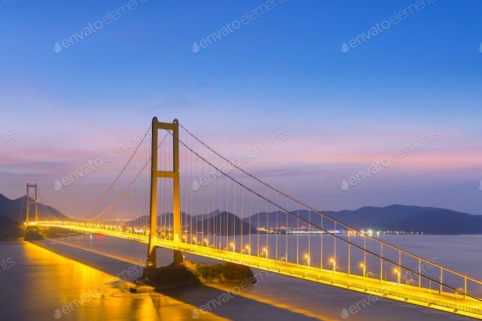 moderne Hängebrücke in der Dunkelheit