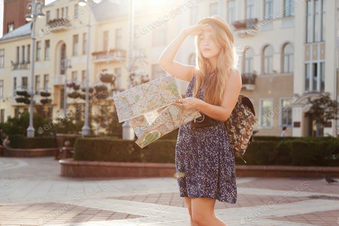 Frau Tourist mit Karte an der Straße Punkte der Showplace