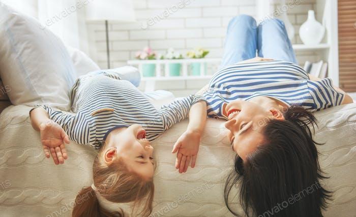 Mama und ihre Tochter spielen