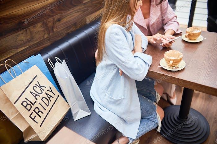 Frauen im Café des Einkaufszentrums
