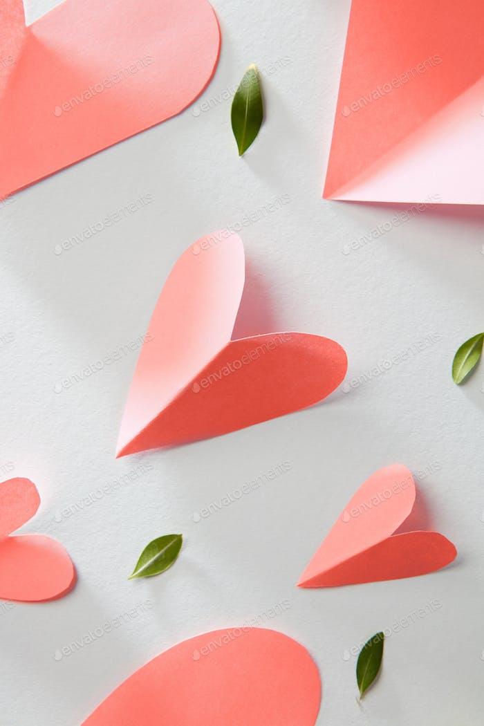 Grußmuster mit Valentinstag Herzen in einer Farbe des Jahres 2019 Living Coral Pantone auf einem weißen