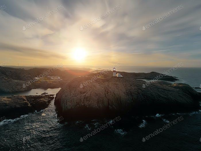 Leuchtturm an der Küste. Der Leuchtturm Lindesnes ist ein Leuchtturm an der südlichsten Spitze Norwegens.