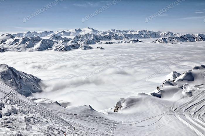 Skigebiet in den Alpen. Skipisten, Piste, Pulverschnee in den Bergen