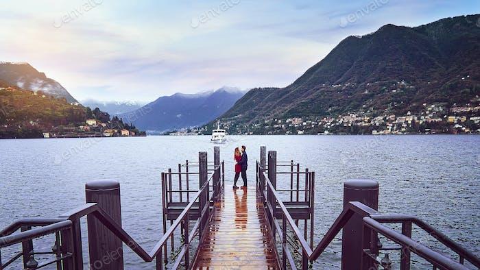Junges Paar küssen auf dem Deck des Comer Lago in Italien