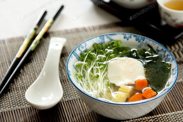 Frischer Tofu mit Algensuppe