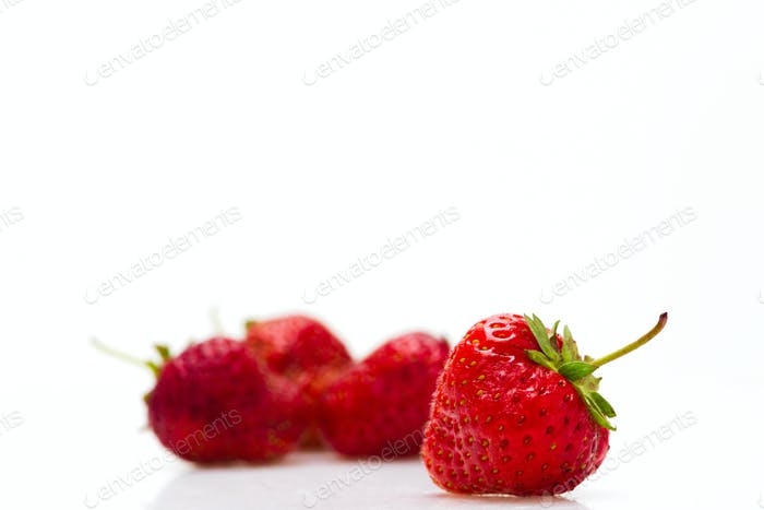 Beeren einer Erdbeere auf einem weißen Hintergrund