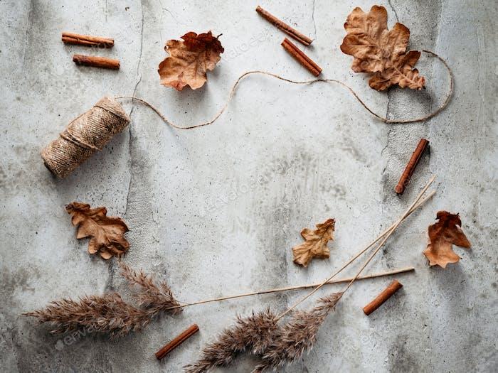 Thanksgiving oder Halloween-Hintergrund mit getrockneten Pflanzen und gefallenen Blättern