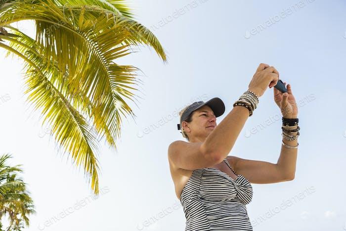 erwachsene Frau mit Smartphone, um ein Bild zu machen
