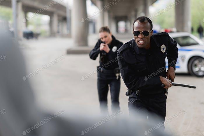 agentes de policía multiétnicos que se postulan para ladrón