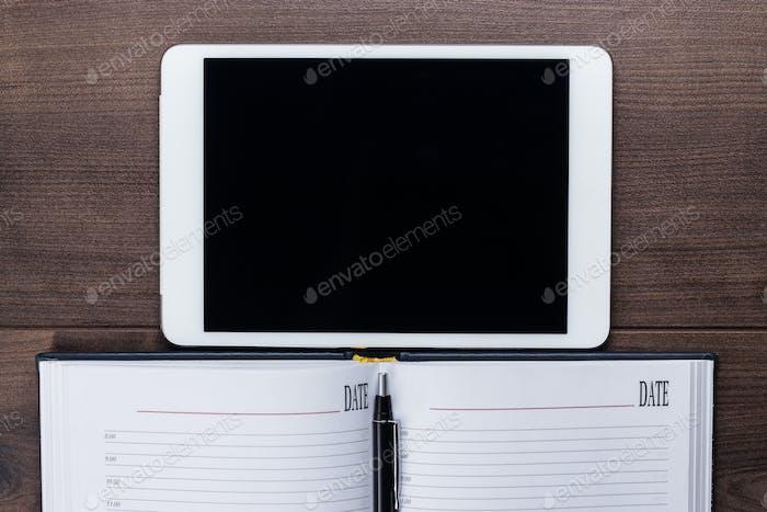 Tabelle Der Geschäftsmann Mit Tablet Computer