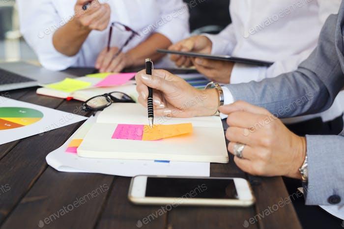 Les gens d'affaires lors d'une réunion d'affaires au bureau
