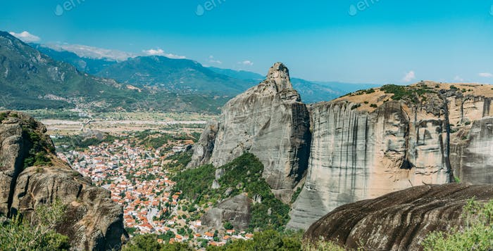 Meteora rocas con valle de Kalambaka, Grecia