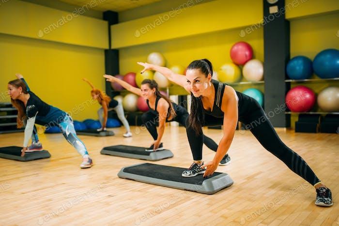 Frauengruppe auf Schritt Aerobic-Training