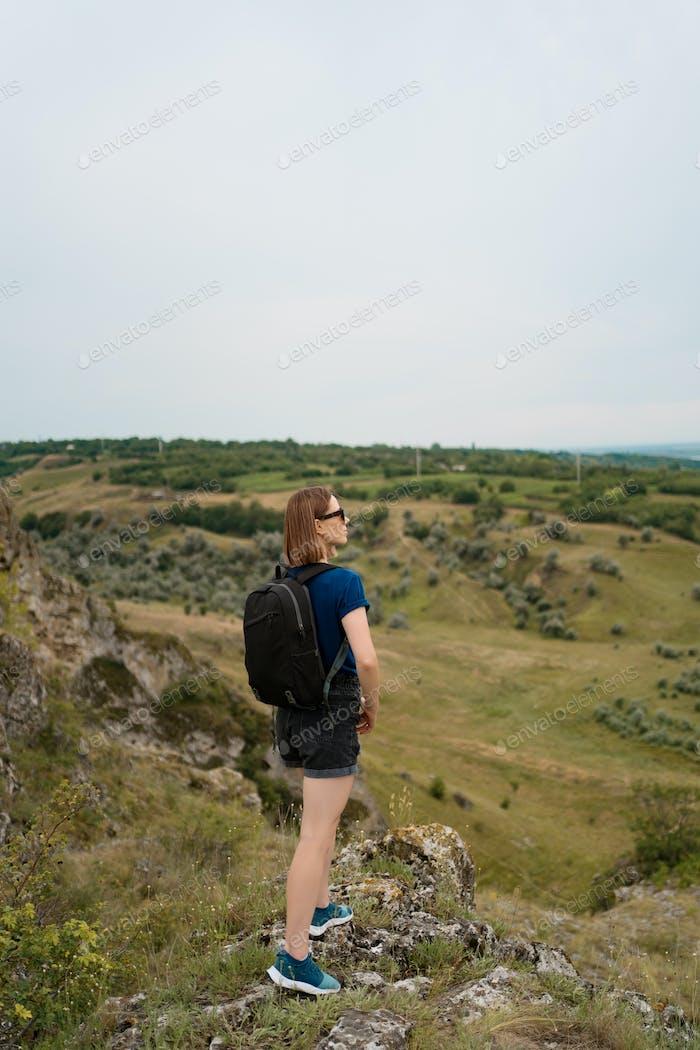 Caminante de la colina de pie en medio de la naturaleza salvaje