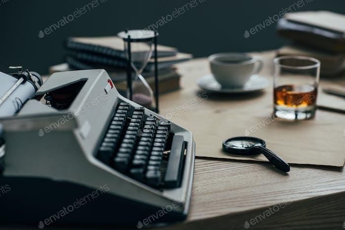 Nahaufnahme des Schreibarbeitsplatzes mit Schreibmaschine