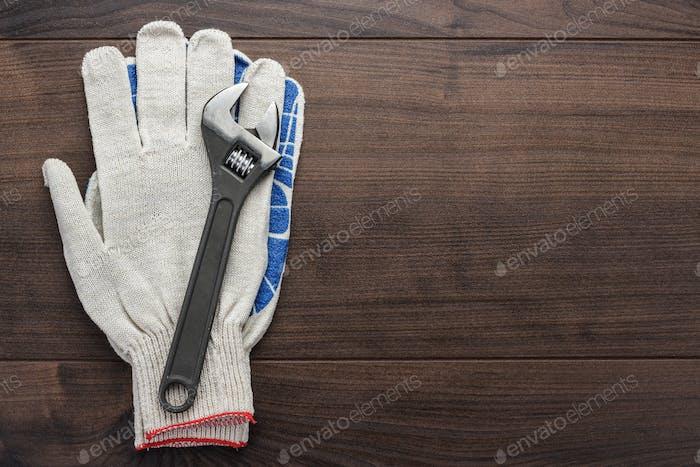 Verstellbarer Schraubenschlüssel und Handschuhe