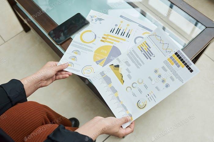 Mujer que trabaja con informe financiero