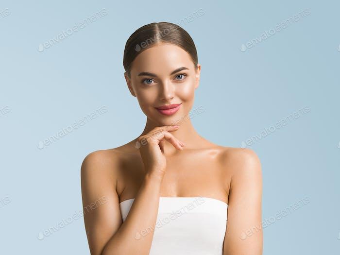 Schönheit Frau Hautpflege schöne weibliche Hand berührende Gesicht kosmetische Mädchen Modell über blauen Hintergrund