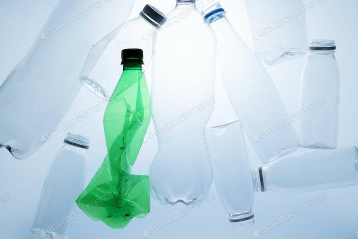 Botellas de plástico trituradas para reciclaje