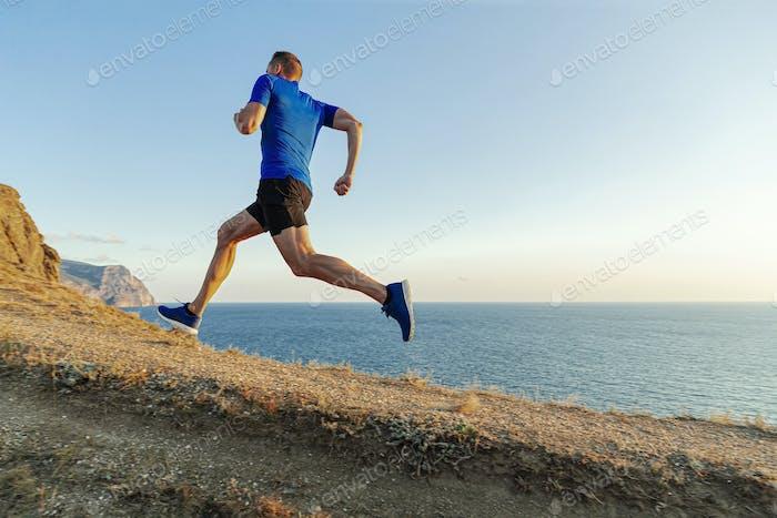 мужской бегун бегать в гору