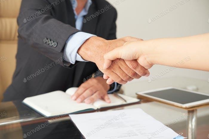 Business Handshake im Büro