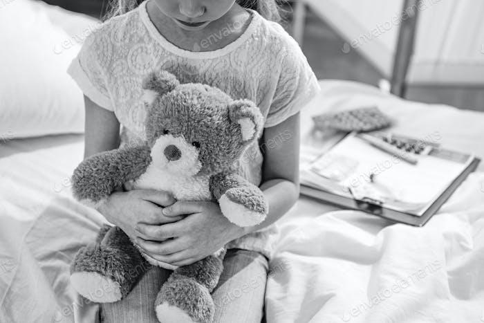 Teilansicht Mädchen mit Teddybär in Krankenhauskammer, Schwarz-Weiß-Foto
