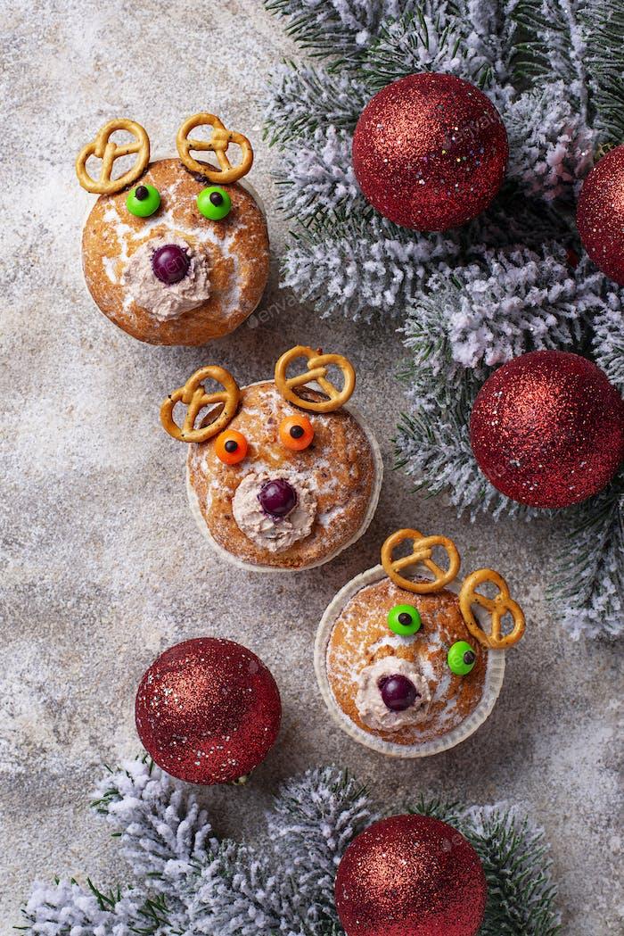 Weihnachts-Cupcake in Form von Hirsch oder Bär