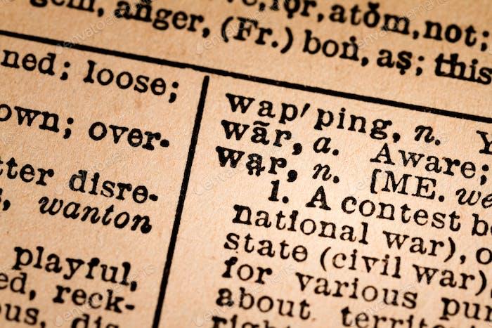 Primer plano de un diccionario abierto que muestra la palabra WAR